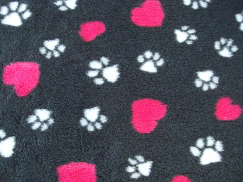 PnH Veterinary Bedding - NON SLIP - By The Roll - Charcoal with Pink Hearts